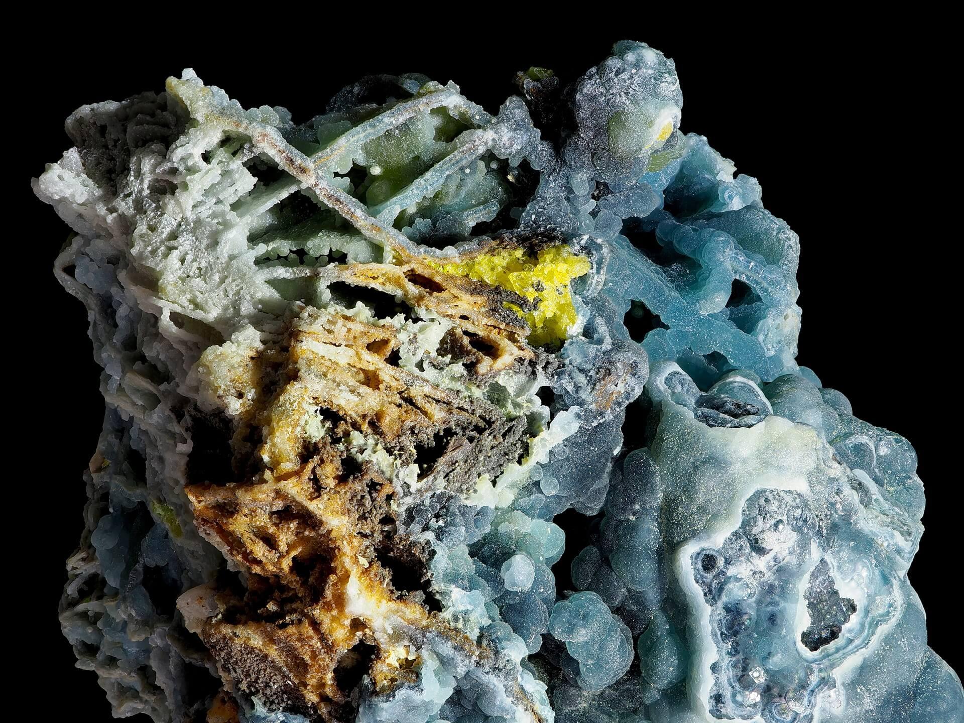 Criss-cross pattern of blue Plumbogummite on Quartz.